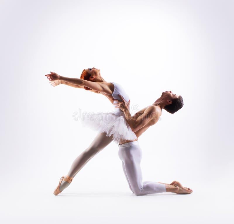 Paar van balletdansers op wit worden geïsoleerd dat royalty-vrije stock foto