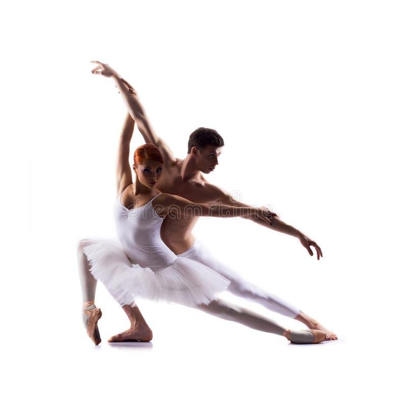 Paar van balletdansers op wit worden geïsoleerd dat stock fotografie