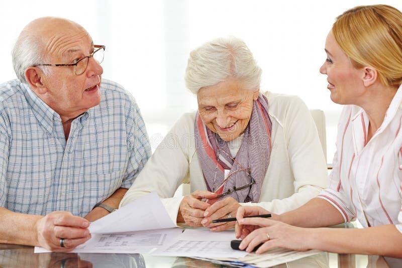 Paar van bejaarden het spreken stock fotografie