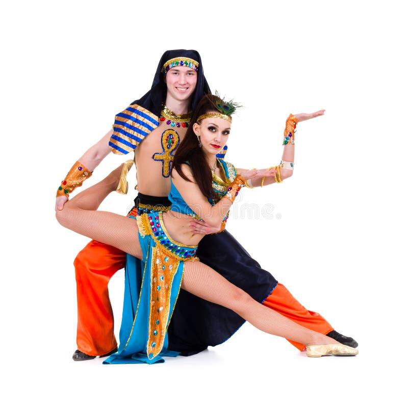 Paar van dansers kleedde zich in het Egyptische kostuums stellen royalty-vrije stock afbeeldingen