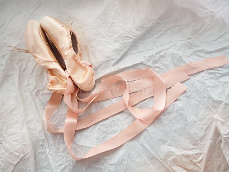 Paar van de balletschoen op de achtergrond van het slijpvlak stock afbeeldingen