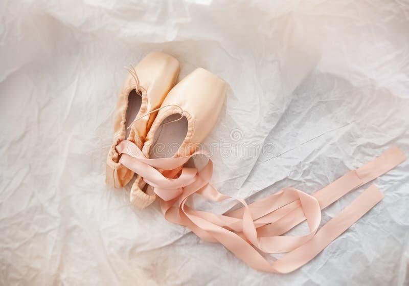 Paar van de balletschoen op de achtergrond van het slijpvlak royalty-vrije stock afbeelding