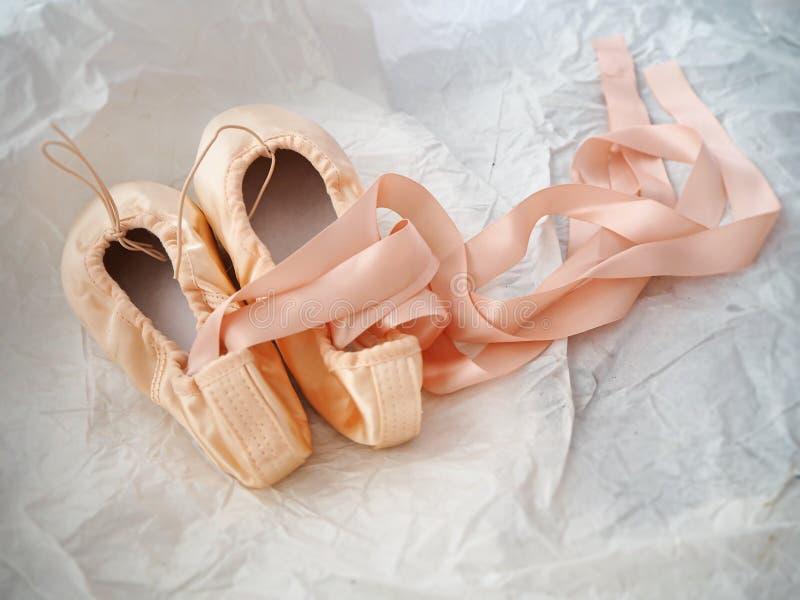Paar van de balletschoen op de achtergrond van het slijpvlak stock foto