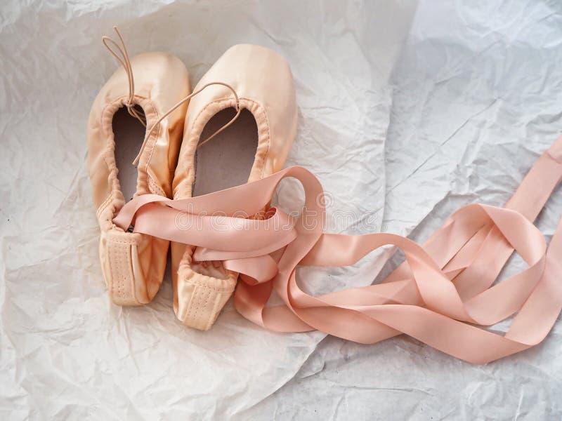 Paar van de balletschoen op de achtergrond van het slijpvlak stock afbeelding
