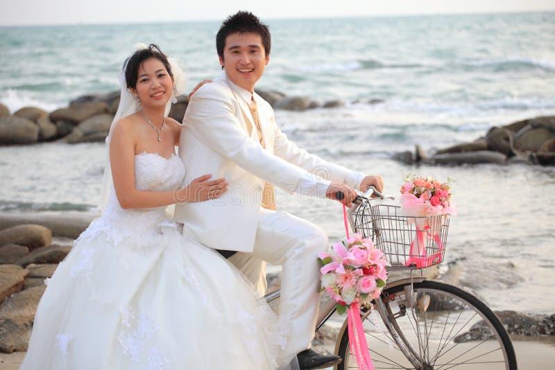 Paar van de jonge mens en vrouw in huwelijkskostuum stock fotografie