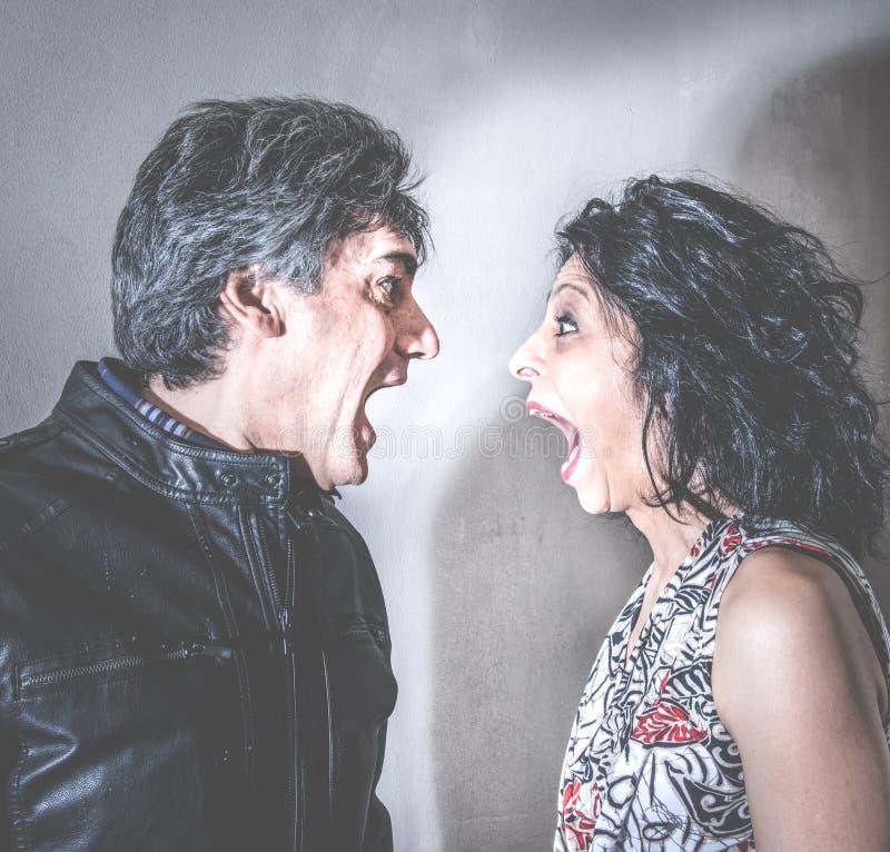 Paar van echtgenoten die agressief debatteren stock fotografie