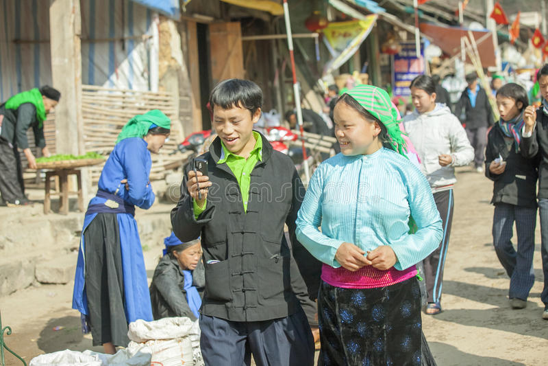 Paar van etnische minderheid, bij oude Dong Van-markt stock fotografie