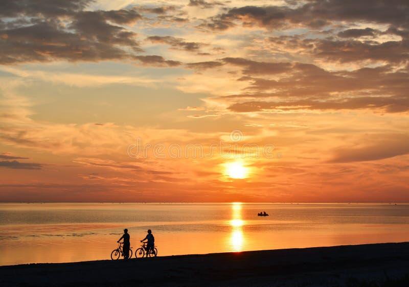 Paar van fietsers die langs de kust lopen royalty-vrije stock foto