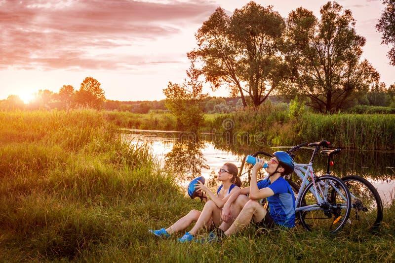 Paar van fietsers die rust hebben door de rivier royalty-vrije stock foto