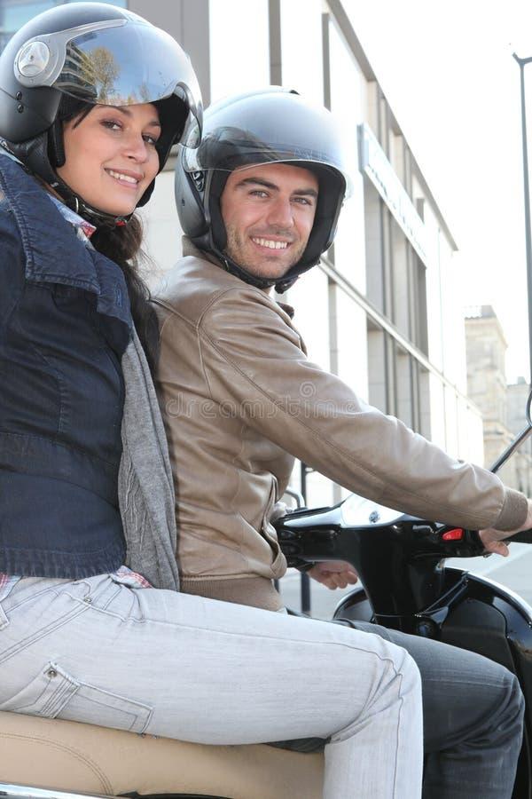 Paar van fietsers met helmen stock foto's