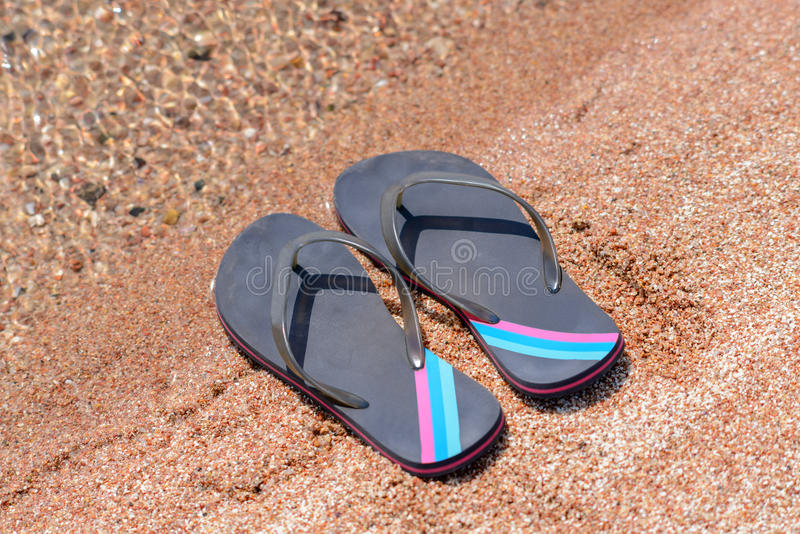 Paar van Flip Flops op Sandy Beach Shore royalty-vrije stock foto