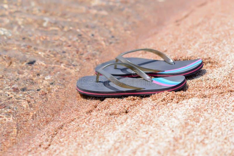 Paar van Flip Flops op Sandy Beach Shore royalty-vrije stock afbeeldingen
