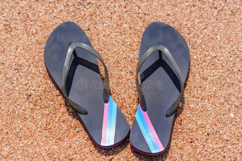 Paar van Flip Flops op Sandy Beach Shore royalty-vrije stock foto's