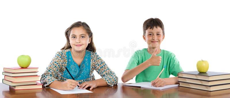 Paar van geïsoleerdei jonge geitjesstudenten stock fotografie