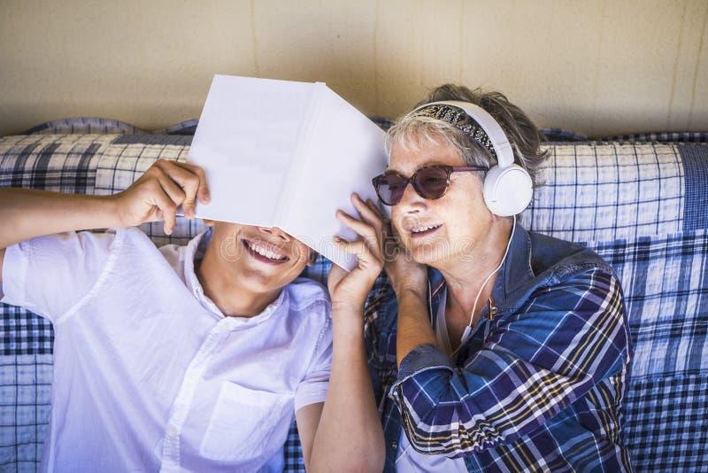 Paar van gelukkige mensen die van de de zomervrije tijd samen op het terras genieten openlucht de jonge jongen wil niet bestudere royalty-vrije stock fotografie