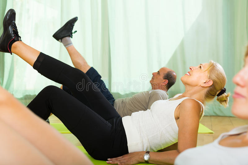 Paar van gepensioneerden bij gymnastiek royalty-vrije stock foto's