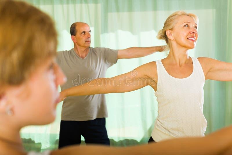 Paar van gepensioneerden bij gymnastiek stock fotografie