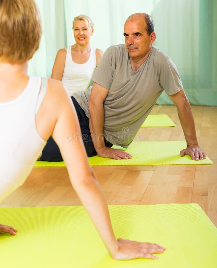 Paar van gepensioneerden bij gymnastiek royalty-vrije stock afbeelding