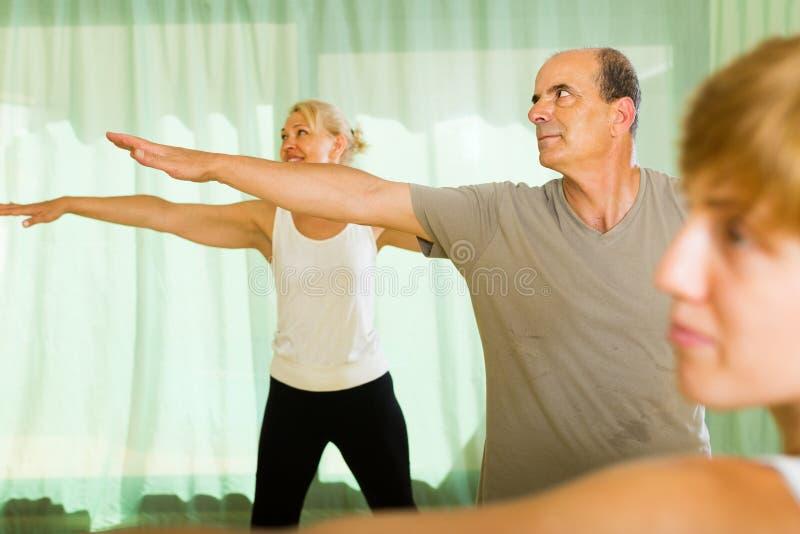 Paar van gepensioneerden bij gymnastiek stock foto