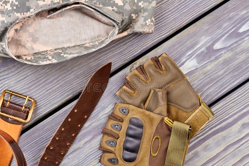 Paar van handschoenen, riem, en militair camouflagejasje stock fotografie