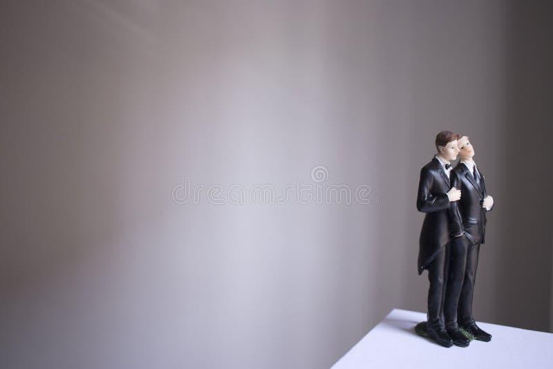 Paar van het cake topper het vrolijke huwelijk stock fotografie