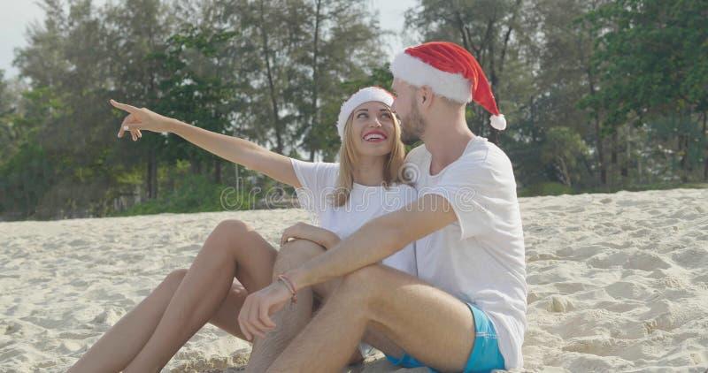 Paar van het Kerstmis het mooie strand stock foto