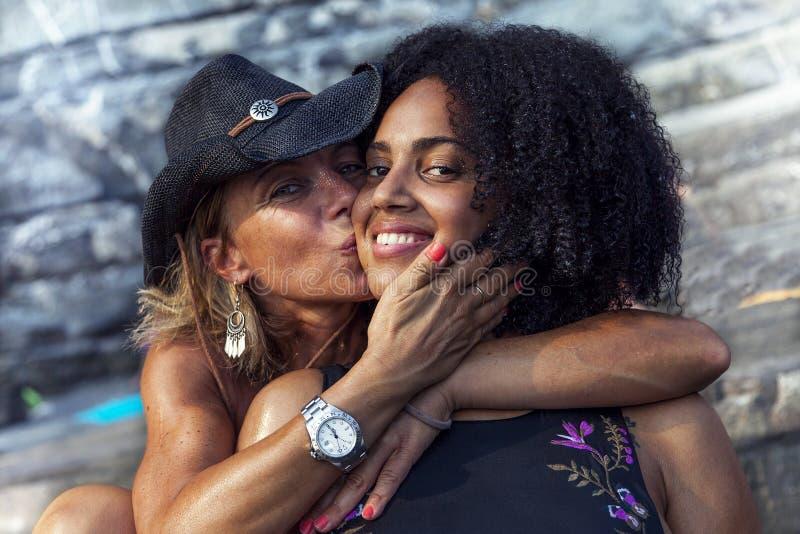 Paar van het mooie vrouwen koesteren royalty-vrije stock fotografie