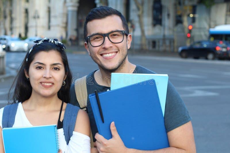 Paar van immigranten die een juist onderwijs krijgen royalty-vrije stock afbeeldingen