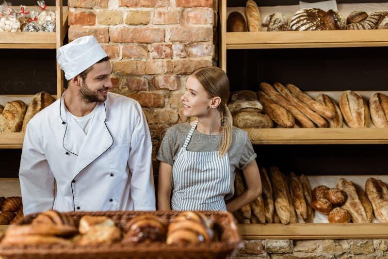 paar van jonge bakkers status royalty-vrije stock fotografie
