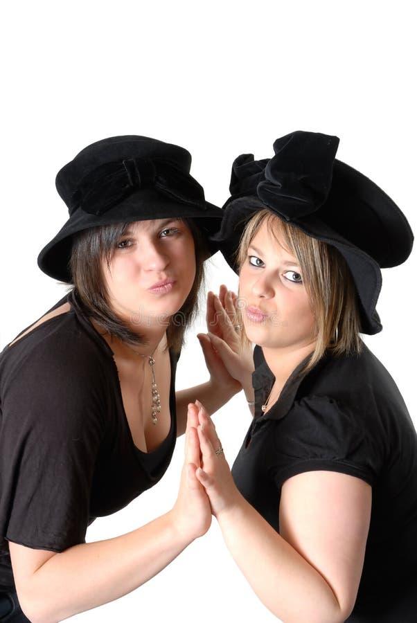 Paar van jonge vrouwen met hoeden royalty-vrije stock fotografie