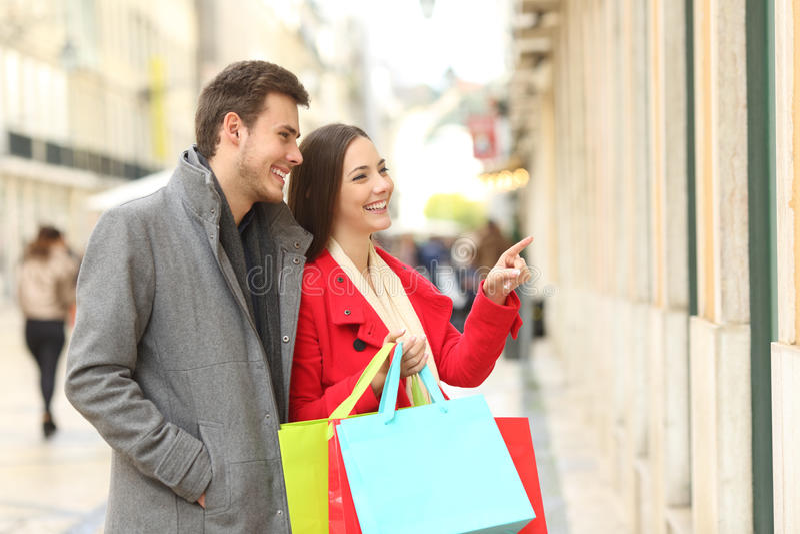 Paar van klanten die in de straat winkelen royalty-vrije stock afbeelding