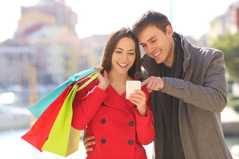 Paar van klanten die online in de winter winkelen royalty-vrije stock fotografie