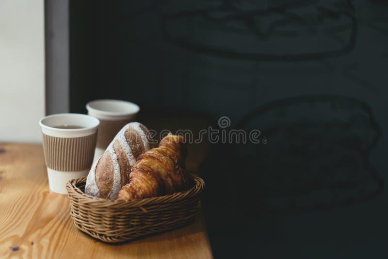 Paar van koppen van drank en een croissant met een broodje stock fotografie