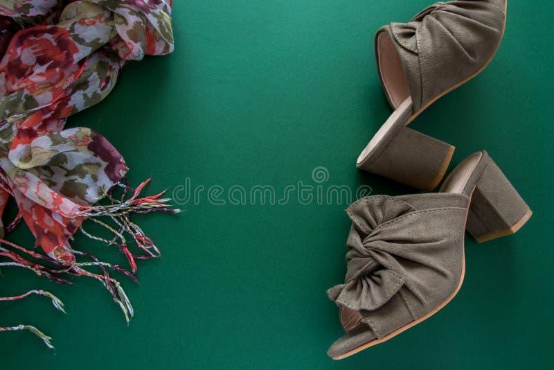 Paar van muilezels/belemmeringen en bloemsjaal op donkergroene achtergrond stock foto's