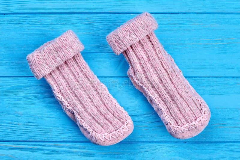 Paar van natuurlijke wol gebreide sokken royalty-vrije stock foto