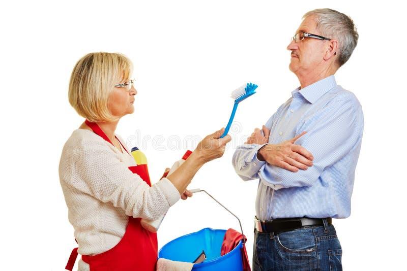 Paar van oudsten die over huishoudelijk werk ruzie maken stock afbeelding