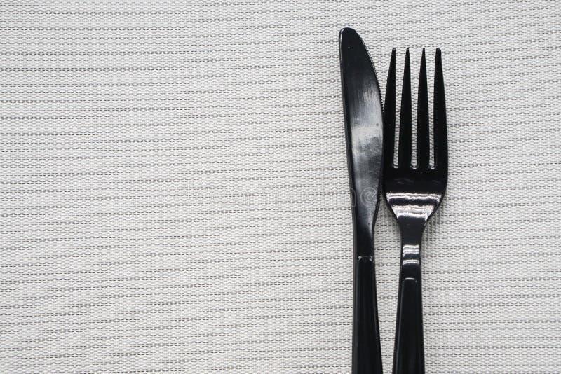 Paar van plastic vork en mes met witte achtergrond royalty-vrije stock fotografie