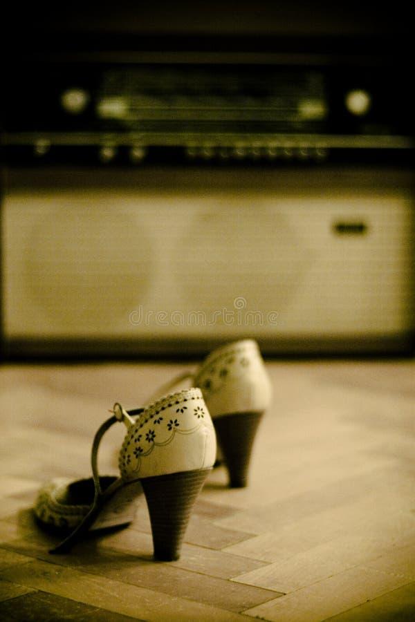Paar van schoenen en een oude radio royalty-vrije stock afbeelding