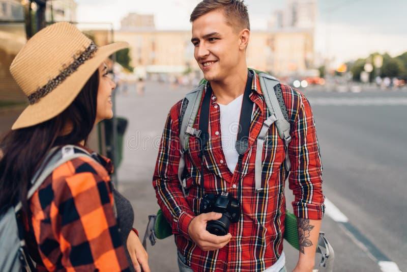 Paar van toeristen bij bushalte, stad het lopen stock foto's