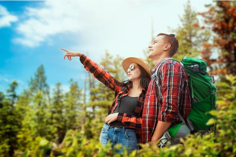 Paar van toeristen die door het hout reizen royalty-vrije stock foto