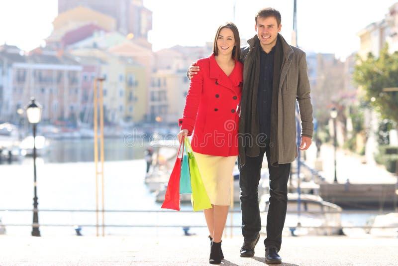 Paar van toeristen die op de wintervakantie winkelen royalty-vrije stock foto's