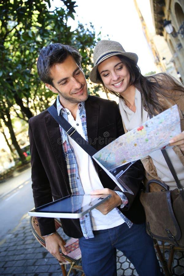 Paar van toeristen met tablet en kaart royalty-vrije stock fotografie