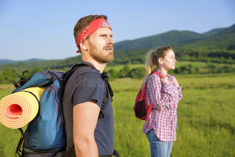 Paar van toeristen op aard stock fotografie
