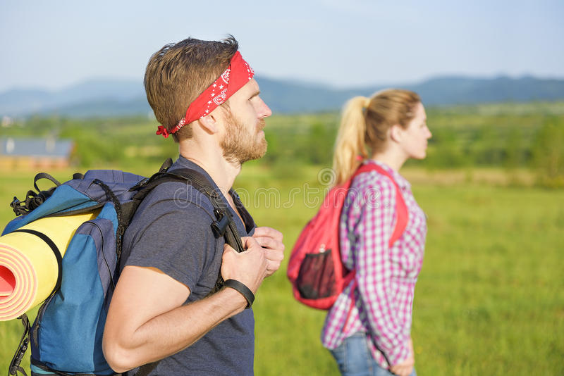 Paar van toeristen op aard royalty-vrije stock afbeelding
