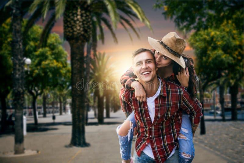 Paar van toeristen op vakantie onder palmen stock fotografie
