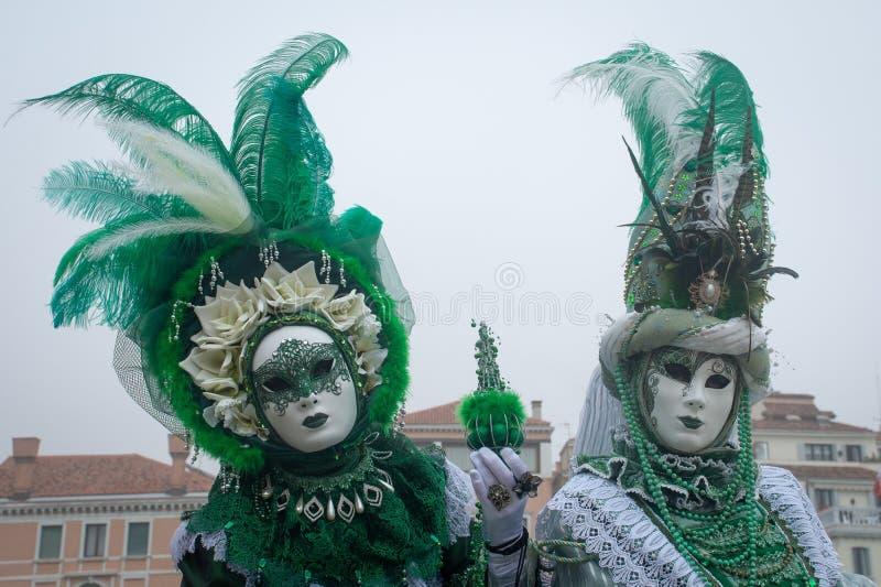 Paar van traditionele Venetiaanse kostuums in Venetië stock fotografie