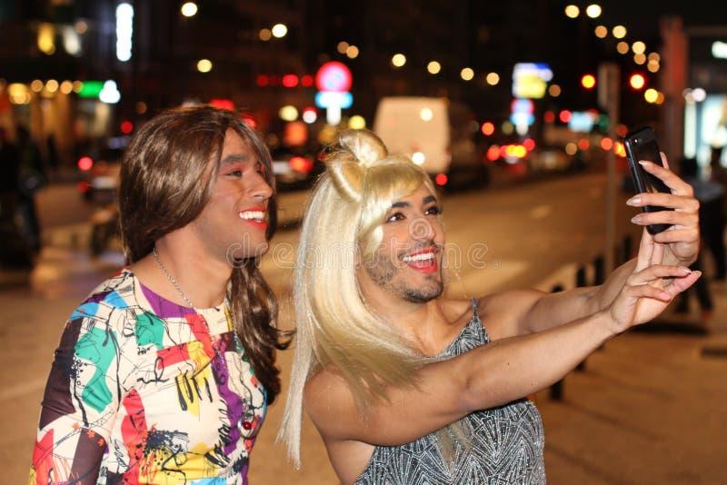 Paar van travestieten die een selfie nemen royalty-vrije stock fotografie