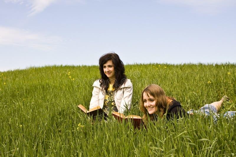 Paar van vrienden die van een boek genieten royalty-vrije stock afbeelding