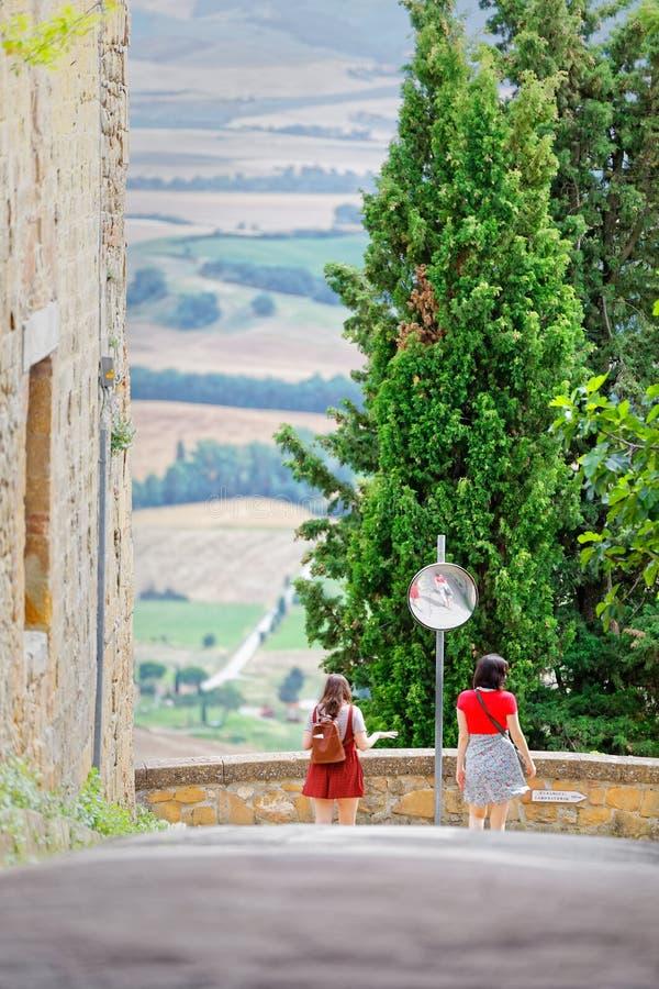 Paar van vrouwelijke vrienden bij kruispunten in de Toscaanse heuvels stock foto