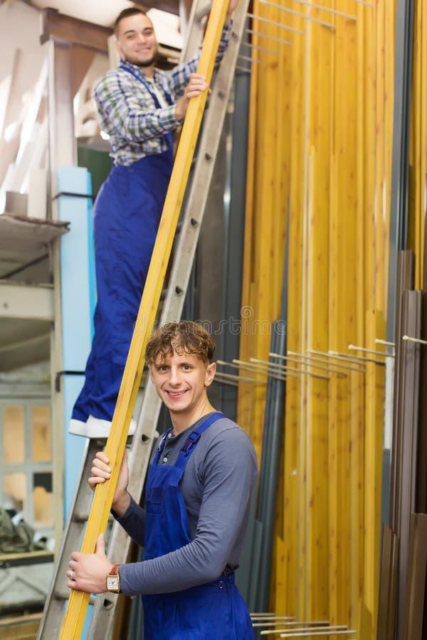 Paar van werklieden die raamkozijnen inspecteren stock afbeelding